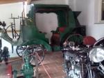 Kočár s motorovým pohonem patří, spolu s motorkami, k nejhodnotnějším vystavovaným artefaktům.