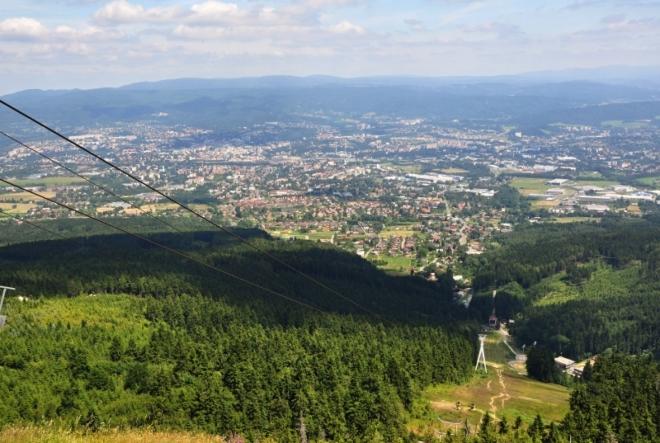 Dolní stanice lanovky se nachází v Liberci - Horním Hanychově nedaleko konečné stanice tramvaje MHD.