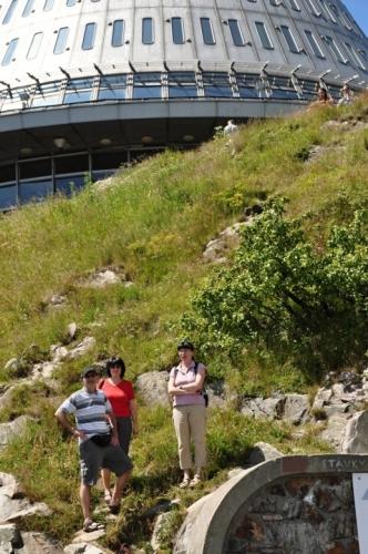 Roku 1850 zbudovali Haslerovi na Ještědu vlastní chatu, kterou v následujících letech vylepšovali a návštěvníkům nenabízeli jen občerstvení, ale také nocleh. Stará chata dosloužila roku 1868, byla však záhy nahrazena chatou novou, částečně kamennou, finančně podpořenou i mnoha předními libereckými občany. K této Rohanově chatě byla roku 1885 přistavěna Německým horským spolkem terasa pro 200 lidí. V květnu 1876 byla na vrcholu postavena dřevěná věž. Tato 5 m vysoká vyhlídková věž byla první rozhlednou této části Čech a vydržela až do konce července 1889. Ještě v témže roce však byla postavena rozhledna nová – vysoká 8 metrů. (Wikipedie)