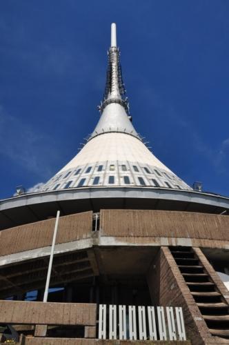 31. ledna roku 1963 došlo při neopatrném rozmrazování potrubí v budově hotelu k požáru, kterému celá stavba podlehla. Stejný osud v následujícím roce potkal i Rohahovu chatu a proto vznikl projekt, kdy nová budova byla od počátku navrhována jako hotel, rozhledna i televizní vysílač. Tento projekt vypracoval architekt Karel Hubáček z ateliéru SIAL Liberec a základní kámen byl položen 30. 7. 1966. Nový hotel a vysílač ve tvaru rotačního hyperboloidu byl slavnostně otevřen 21. září 1973. Zpočátku rozporuplné reakce nakonec vyústily v uznání jako stavby století.
