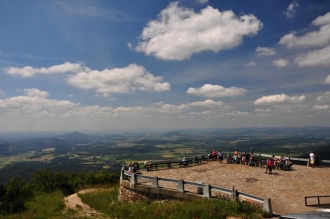 Z plošiny je dokonalý výhled k západu.