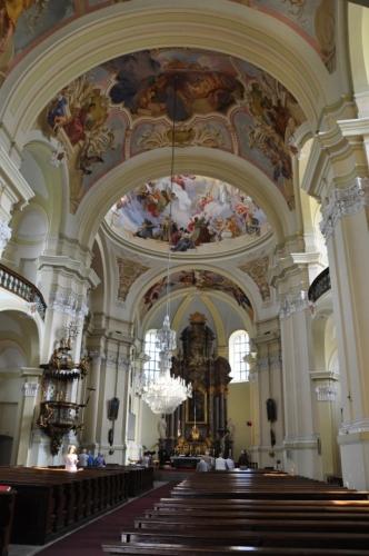 Hlavní oltář je dílem sochařů J. Hájka z Mnichova Hradiště a I. Brenera z Liberce. Pozadím oltáře je iluzivní freska od Josefa Kramolína z Bohosudova z roku 1787. Jen málokterý z návštěvníků si na první pohled všimne, že tu oltář ve skutečnosti nestojí, ale je jen namalovaný.Nástropní malby vymaloval v letech 1902–1906 vídeňský profesor Andreas Groll, vyučující v té době na umělecké průmyslové škole v Jablonci nad Nisou. V hlavní kupoli jsou tři výjevy – Nanebevzetí Panny Marie, Ježíšovo ukřižování a Andělé nesoucí Svatý kříž. (Wikipedie)
