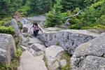 Průchod malým kamenným mořem pod vrcholem je zpestřením výstupu.