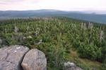 Střední jizerský hřbet se táhne k Jizerce a Bukové hoře (vrcholek zcela vpravo).