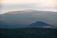 Bukovec více přitažený. Vysoko nad ním jsou vidět krkonošské Sněžné jámy a Vysoké Kolo (1 509 m n. m.).