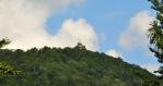 Z cesty vidíme i Paličník, další z mnoha vyhlídkových skal, které jsou jištěny zábradlím.