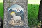 Detail ovečky na pomníčku. Jizerské hory se ale nikdy nestaly místem vhodným pro jejich pastvu. Byly příliš zalesněny.