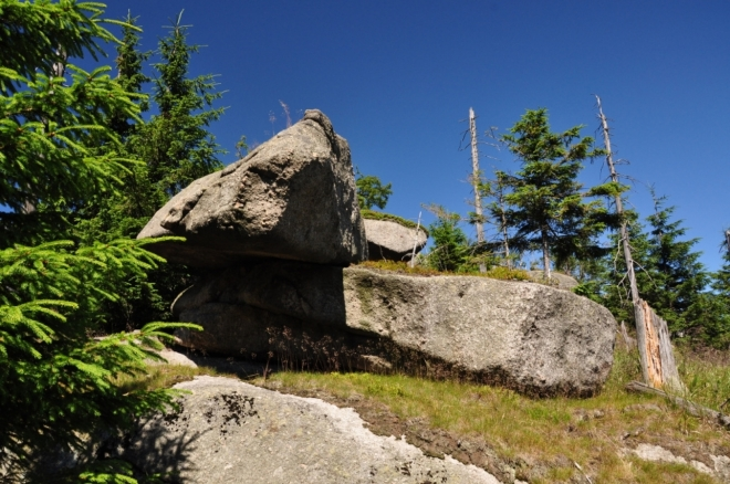 Jde o vrchol s mnoha skalami, které jsou začleněny do národní přírodní rezervace Frýdlantské cimbuří.