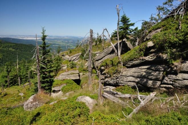 Sestupujeme postupně krásným územím mezi skalami, kde je možné odbočit na několik zajímavých vyhlídek. Ty jsou na vrcholcích skal a je škoda je minout.