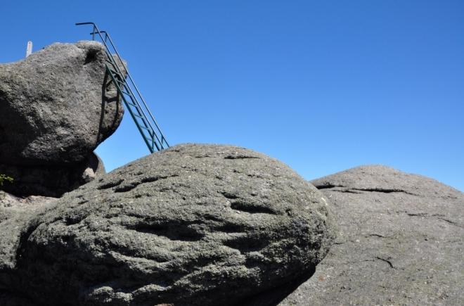Železný žebřík vede na vzdušnou, ale bezpečnou skalní plošinu.