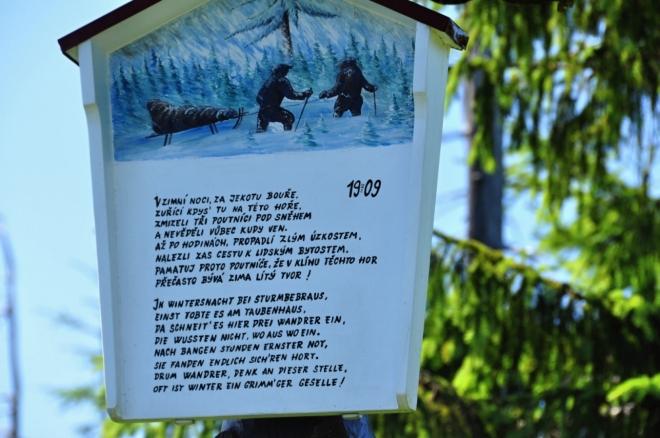 Pomníček Bílá smrt se nachází necelých 100 m severně od sedla Holubníku. Na dřevěném sloupu tu visí malovaný obrázek, připomínající pošetilou sáňkařskou výpravu tří pánů - veletlustého hostinského z libereckého Radničního sklepa Arzböcka, obchodníka s šatstvem Mrase a kapelníka plukovní hudby Pochmanna. Ti se odpoledne dne 19. února 1909 vydali pěšky z Liberce do Kristiánova, kde se řádně a dlouho posilňovali. Za setmění začali rozjaření pánové stoupat z Kristiánova do sedla Holubníku, odkud chtěli sjet na saních do Ferdinandova. Na cestě je ale zastihla prudká sněhová bouře a nedaleko sedla Holubníku ztratili sněhem závátou cestu. Tlustý hostinský se bořil do hlubokého sněhu a nebyl schopen pokračovat dál. Sestavili proto troje saně, pana hostinského na ně posadili, zabalili ho do kabátů a sami dva vyrazili pro pomoc. Několik hodin bloudili severním úbočím Hejnického hřebene až před půlnocí konečně doklopýtali do Ferdinandova, kde sehnali pomoc. Hluboké stopy, které ještě nestihl sníh zasypat, je dovedly zpátky k panu hostinskému, který je prý očekával dosud čile a s myslí nezkormoucenou. Společnými silami ho dotáhli na Štolpišskou silnici, kde už na ně čekal kůň, který je dovezl dolů do Ferdinandova. (Wikipedie)