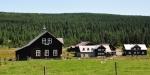 Horské domy na Jizerce jsou dřevěné a vypadají moc pěkně. A protože se zde nic dalšího stavět nesmí, bude Jizerka malebná i nadále.