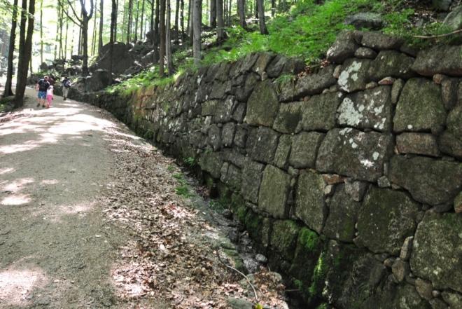 Cesta kolem potoka Černý (Velký) Štolpich je prastará a dobře upravená.