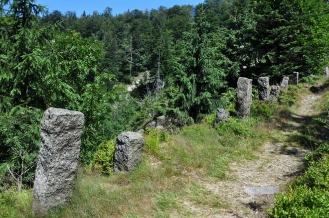 Horní cesta je vedena vzdušně skálou nad říčkou. Dole slyšíme vodopád Velký Štolpich. Moc pěkný úsek!