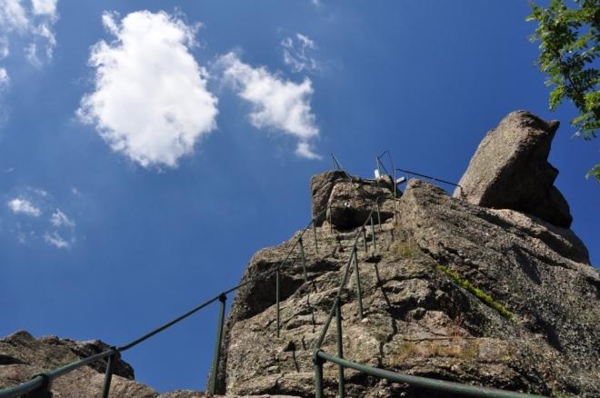 Ořešník je sice dobře zajištěný, ale ne každý se nahoru vydá. Kolmo vytesané schody vedou odvážně na skloněnou vrcholovou plošinku. Zážitek k výstupu je ale dokonalý.