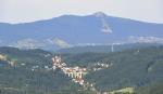 Pohled směrem k Ještědu ukazuje i jeden z nejkrásnějších železničních viaduktů v České republice, který je ve Smržovce. Již za hlavním smržovským nádražím je hluboké údolí, které viadukt přemosťuje. Nabízí se oku lahodící pohled na výjimečnou vyváženost umělé stavby s okolní krajinou. Stavba byla zahájena v roce 1893 a dokončena v roce 1894. Použita byla kvalitní žula splňující potřebné nároky pevnosti a vzhledu. Kvalitu práce tehdejších stavitelů, zkušených italských mostařů a tunelářů, prokázal čas.Viadukt má celkem 9 otvorů přemostěných půlkruhovými kamennými klenbami a jeho délka včetně opěr je 123,5 metru. Vlastní přemostění je 116,5 metru a výška 26,5 metru. (www.smrzovka.cz)