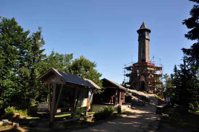 Štěpánka je nejstarší rozhlednou Jizerských hor, její stavba byla zahájena knížetem Camillem Rohanem roku 1847. V tomtéž roce probíhala dole v údolích stavba císařské Křkonošské silnice, jejímž nejvyšším patronem byl arcivévoda Stephan - Štěpán, který tehdy vystoupil na vrch Buchstein (dnes Hvězda).Kníže Rohan kopec na jeho počest přejmenoval na Štěpánovu výšinu a zahájil zde stavbu rozhledny. Byla však postavena pouze základna věže se vchodem, kdy se arcivévoda přestal těšit přízni vídeňského dvora a odešel do Uher. Kníže, který stavbu zahájil zřejmě pro posílení svého vlivu ve Vídni, práce pozastavil a torzo věže poté stálo nad Tesařovem celých 40 let. Udržoval ji Horský spolek a turisté sem chodili pozorovat slunce.Zajímavé národností poměry této části hor se odrazily i na nedokončené rozhledně. Rozhlednu od knížete převzal Horský spolek a o 4 roky později byla dostavěná věž otevřena. Výhled z ní je opravdu krásný - kromě západních Krkonoš je odtud velice hezky vidět roztroušená zástavba horských chalup až k přehradě Souš a hora Jizera v pozadí, stejně jako i údolí Desné a Kamenice a další, podstatně vzdálenější krajina.O Štěpánce se vypráví pověst, podle níž kníže Rohan stavbu zastavil na varování cikánky - hadačky, která mu předpověděla, že zemře brzy po dokončení věže. Roku 1892 byla rozhledna dokončena a kníže Rohan skutečně zemřel pár měsíců poté.