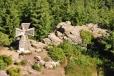 Za věží jsou trosky kamenného válečného kříže, který měl být údajně symbolickým místem zdejších nacistů za 2. světové války.
