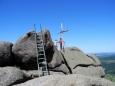 Nejstabilnějším místem se mi často jevily mohutné dřevěné kříže, které jsou v Jizerkách na mnoha skalách. Stačilo obejmout ho a nepustit. Samozřejmě jsem se držel výhradně kvůli focení, ne ze strachu z výšky a pohledů do bezedných hlubin. Frýdlentské cimbuří