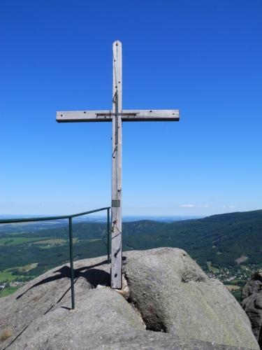 Opuštěný kříž ještě trochu navlhlý mým potem. Frýdlantské cimbuří