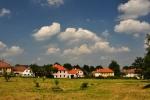 KORYTO (dříve Psí Koryto, německy Hundsnursch)Leží ve vzdálenosti 9 km jihozápadním směrem od Prachatic. Nejstarší písemná zpráva se zachovala z roku 1393 ve formě Hunczurisch. V roce 1395 je poprvé doložen i český název Koryto, který se udržel do 17. století. V roce 1600 zde žilo 15 osedlých a byla zde i krčma. Od roku 1850 osada obce Skříněřov. V roce 1870 zde žilo již 185 a bylo 24 domů. největšího počtu obyvatelstva bylo dosaženo v roce 1890, 210 osob. Potom počet obyvatelstva v roce 1946 odešlo celkem 136 osob. V roce 1988 zde žilo pouze 22 osob. V roce 1837 zde byla postavena budova jednotřídní obecné školy, která v roce 1933 byla rozšířena na druhou třídu. Německá obecná škola ukončila svou činnost v roce 1945. V roce 1946 byla otevřena česká obecná škola, později Národní škola, základní devítiletá škola, která byla zrušena v roce 1970 pro nedostatek žactva. V roce 1875 budova školy vyhořela podobně jako při dalším velkém požáru v roce 1908. Od roku 1960 osadou obce Zbytiny.