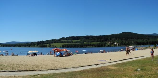 Hned vedle přívozu je pláž. Docela nás láká, ale my se jdeme potit jinam.
