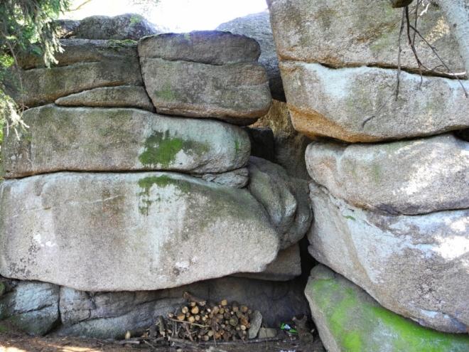 Za jednou z vrcholových skal je dokonce připravené dříví na oheň.