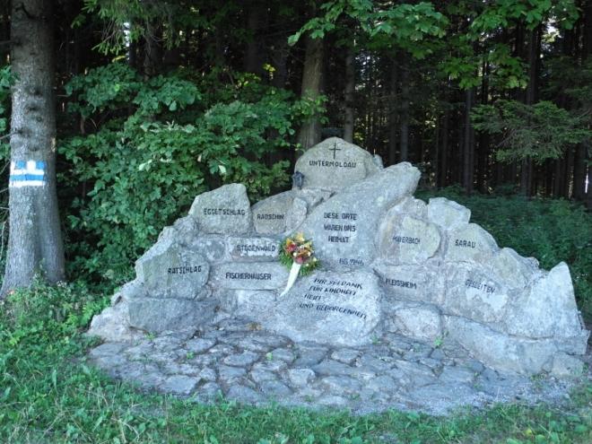 U samot Grünwaldu je pomník vysídlených obcí a samot Dolní Vltavice (Untermoldau) a okolí.