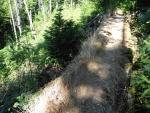Takto, kamennou vyvýšenou hrází, je vyřešený přechod přes jednu menší strž.