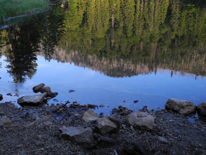 Jezerní vody odráží temeno vrcholu.