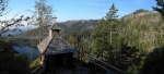 Roklanská kaple stojí nad skalním prahem a výhled od ní je impozantní.