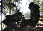Další podivné útvary na Špičáku jako by z oka vypadly podobným skalám na Ostrém.