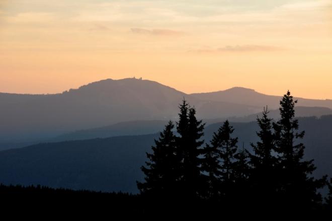 Grosser Arber (1 456 m n. m.) je nejvyšší horou Šumavy. V pozadí Kleiner Arber (1 384 m n. m.). Český název Javor.