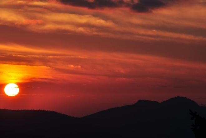 Slunce se pomalu kulí do klínu Matky Boží rudnoucím nebem.