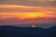 Slunce vstupuje do klínu hor.