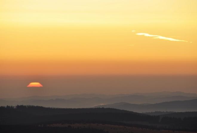 Hořící obzory zapáleny obrovskou žhavou loučí rozechvívají vzduch sycený zbytky ranních mlh.