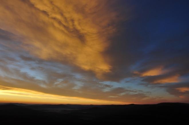 Tu jako vykřičník po nebi dál pluje výrazný mrak, aby všechny, co ho vidí, varoval před postupným ničením přítody, které nesmíme být majiteli, ale pouhými obdivovateli.