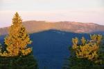 Jezerní hora a Svaroh, hřben zatím spoře osvětlený, nese na svých bedrech mohutný stín Pancíře i s naší maličkostí.