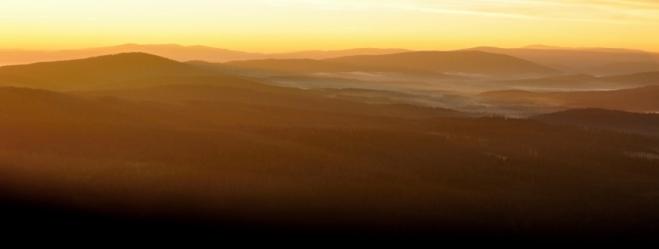 Pomalu ale jistě zatlačují zlatavé sluneční paprsky jitřní mlhy do hlubokých údolí, ze kterých není úniku...