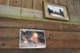 Památkou na požár je několik fotek uvnitř chatky.