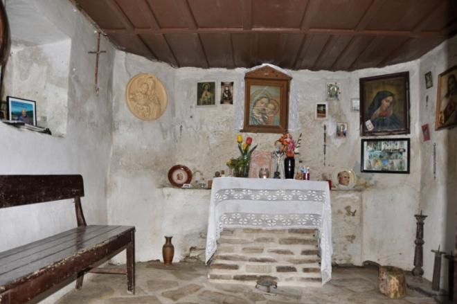 Kaplička zdálky vypadá jako malý opuštěný domek a skrývá krásný interier. Snad je první vlaštovkou