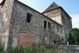 V l. 1362 a 1364 uvádějí prameny jejího prvního držitele tvrze v Čachrově, Viléma z Čachrova, který zde v l. 1380 - 1390 postavil na náhorní planině, uzavírající hluboká údolí, táhnoucí se jednak od severozápadu, jednak od východu, výstavnou a mohutnou tvrz. Tvrz byla obklopena příkopem s vodou a její značné rozměry vedly k tomu, že byla někdy označována i jako hrad. Do dnešní doby se z ní dochovala mohutná věž, do které se vstupovalo ve výši prvního patra dodnes existujícím hrotitým portálem a odtud do úzké chodby, z níž vedly vchody do obytných místností. Podobně bylo původně rozděleno i přízemí; dnešní vchod byl proražen až později. Reprezentační obytné místnosti tvrze byly v dalších dvou patrech a na severní straně obrácené do nádvoří měly velká obdélná okna, kdežto na jižní straně byla pouze úzká okénka a v druhém patře nadto dva prevéty. Čtvrté patro tvořil jediný velký sál. Ve výši tohoto patra byl patrně dřevěný ochoz, do něhož vedly dveře na všech stranách tvrze (na severní a jižní po dvou, na zbývajících po jedněch). V této podobě se také tvrz dochovala.Potomci Viléma z Čachrova drželi tvrz a statek ještě r. 1446. Někdy po tomto roce byl čachrovský statek připojen k velhartickému panství Děpolta z Týzmberka (zemřel 1474) a tvrz, která přestala sloužit jako trvalé sídlo majitele, byla opuštěna a zpustla. Po r. 1541, při rozpadu velhartického panství pánů z Rožmitálu, se stal Čachrov opět samostatným statkem, který připadl Janu Rendlovi z Úšavy. R. 1555 se o tvrzi píše jako o staré, r. 1568 jako o pusté. Obnovil ji až Jan Bohuchval z Hrádku, který čachrovský statek koupil r. 1566 od dcer Jana Rendla z Úšavy. V druhé polovině 18. století byla budova staré tvrze změněna v sýpku, která však vnější původní odobu tvrze nezměnila. Dnes je v majetku čachrovského MNV, který nechal r. 1976 obnovit původní valbovou střechu, pokrytou dosud šindelem. Postupně bude objekt zrestaurován a pak předán ke kulturním potřebám místních společenských organizací.(viz http://www.hr