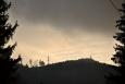 Nad Novou Hůrkou se v nastávajícím šeru objevuje Sklářský vrch (1 194 m n. m.), který je pokračaváním hřebene vyššího Polomu.