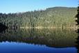 Ranní opuštěné Čertovo jezero. Za hodinu už polezeme hřebínkem za jeho vzdáleným břehem.