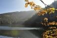 Nad Černým jezerem prosvítá skrytá Jezerní stěna.