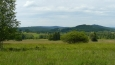 Pohled do Rakouska u Dolního Cazova. Z tohoto pohledu není vidět rozdíl oproti Čechám, ale jinde jsou vidět vesnice, které u nás v šumavském pohraničích chybějí.