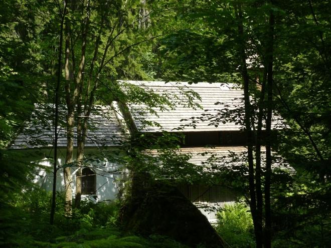 Kaple z boku z cestičky na Stožeckou skálu