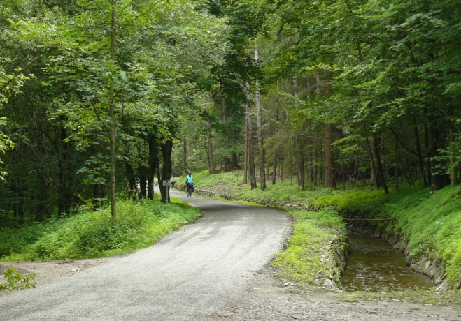 Kolem kanálu vede opravená stezka, navíc přirozeně pořád po rovině. Kdyby byl povrch asfaltový, dalo by se jet opravdu rychle, nicméně z hlediska ochrany přírody jsou drobné kamínky určitě lepší.
