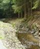 Kanál místy používá skálu jako přirozený okraj