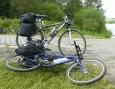 Naše naložená kola. Moje modré ve předu nemá stojan, a tak musí nedůstojně ležet.